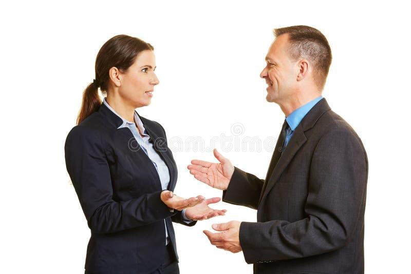 Uma comunicação com os dois executivos de fala imagens de stock