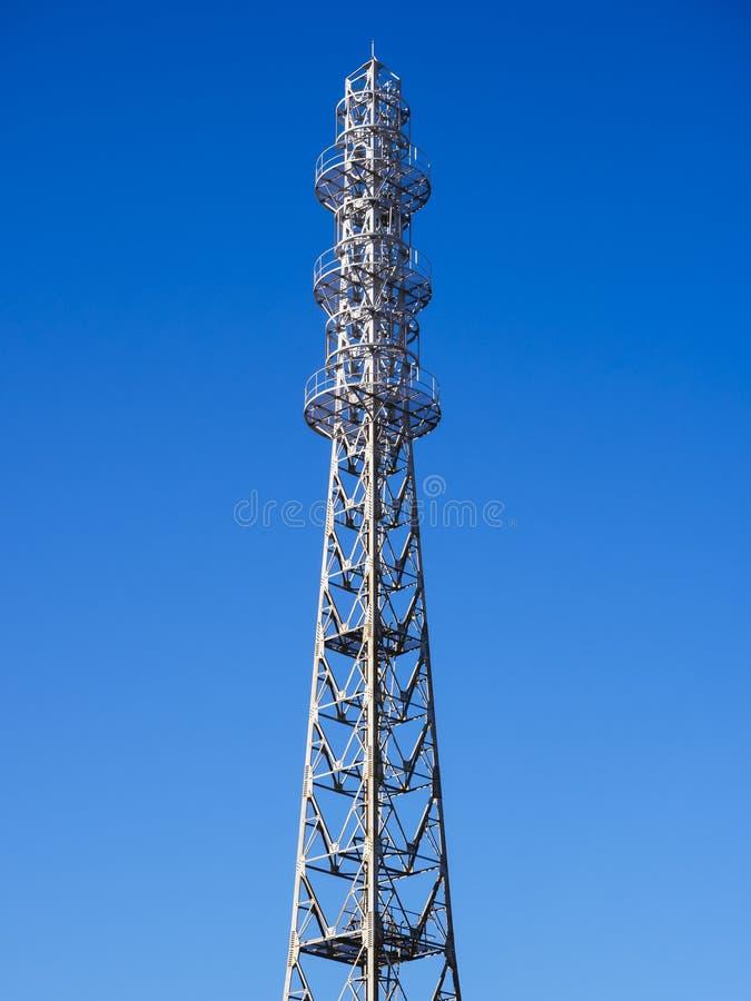 Uma comunicação do fornecedor de informação da torre de antena da estação das telecomunicações foto de stock