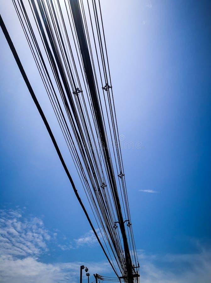 Uma comunicação do telefone das linhas elétricas foto de stock royalty free