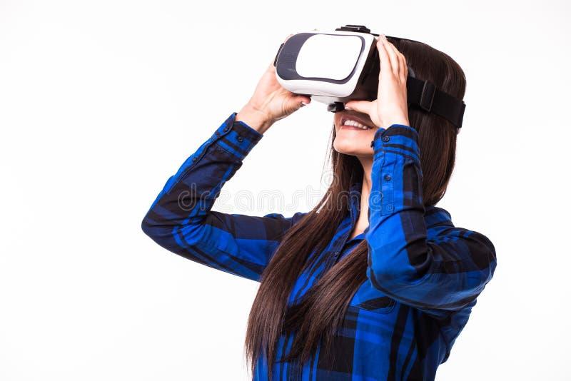 Uma comunicação e olhar da mulher de negócio pela realidade virtual O dispositivo dos vidros dos auriculares de VR no branco isol fotos de stock royalty free