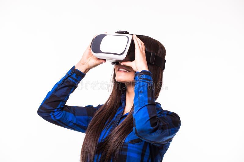 Uma comunicação e olhar da mulher de negócio pela realidade virtual O dispositivo dos vidros dos auriculares de VR no branco isol foto de stock