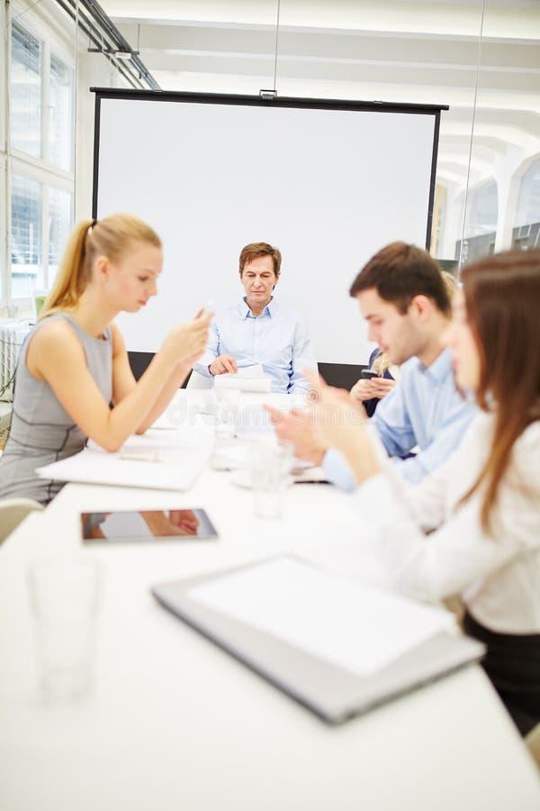 Uma comunicação empresarial através dos smartphones imagens de stock royalty free