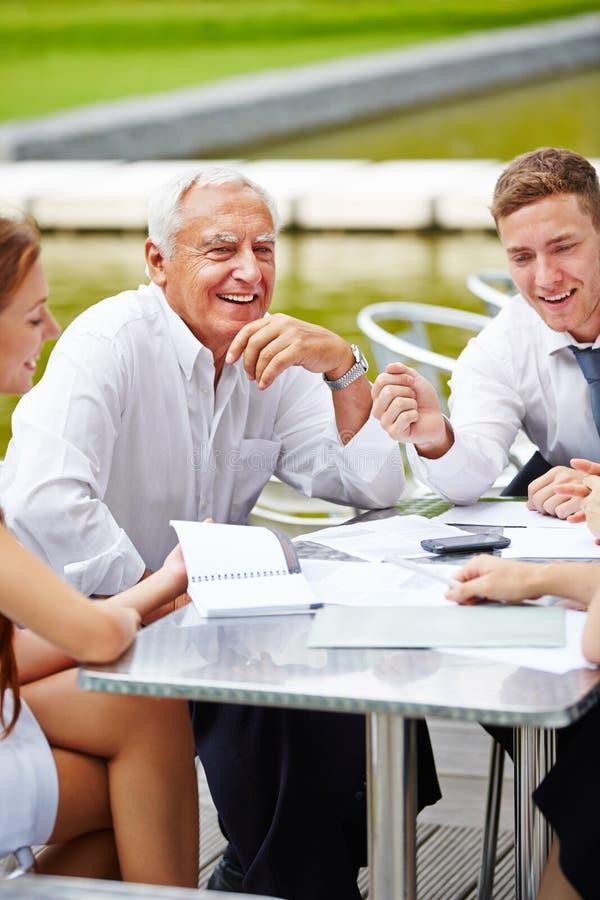 Uma comunicação na equipe do negócio durante a reunião imagens de stock royalty free