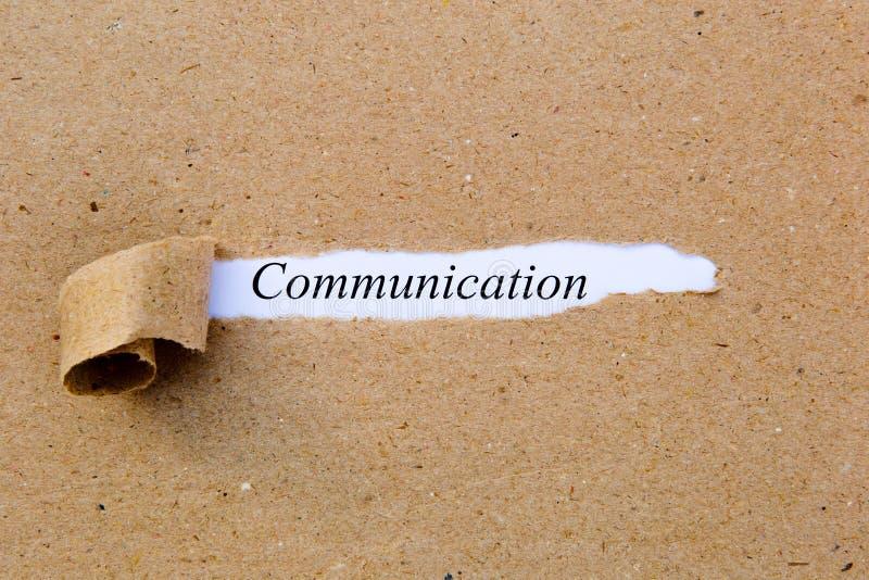 Uma comunicação - texto impresso debaixo do papel marrom rasgado fotos de stock