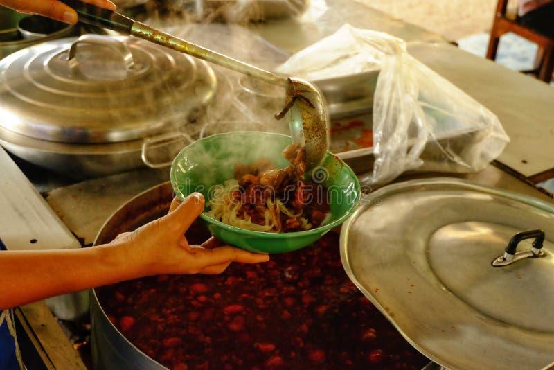 Uma concha de sopa picante em um copo, uma sopa picante em Tailândia do norte n fotos de stock