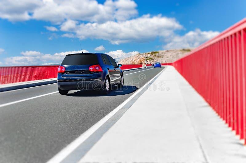 Uma condução de carro através de uma ponte bonita em um dia de verão imagens de stock