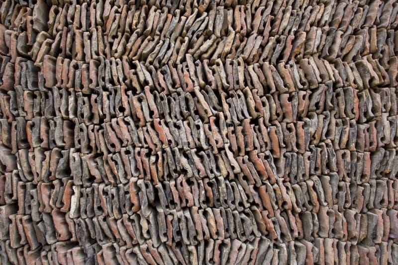 Uma configuração de pedra cinzenta vermelha branca da telha em uma pilha fileiras lisas de telhas dos tijolos Textura da superfíc imagens de stock