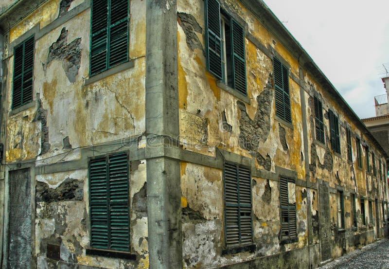 Uma construção abandonada velha que desintegra-se foto de stock royalty free