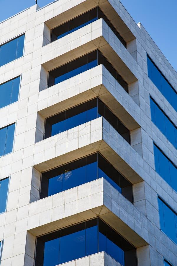 Canto da construção de mármore branca com Windows de vidro azul foto de stock royalty free