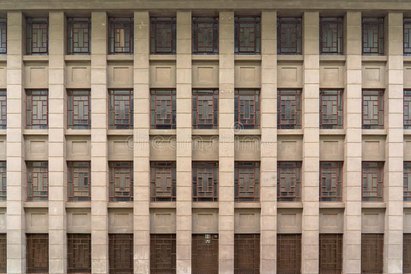 Uma construção com os windowpanes chineses antigos imagem de stock
