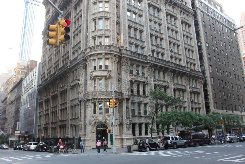 Uma construção de Petrossian da vista bonita na vizinhança de Manhattan fotografia de stock