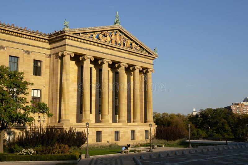 Uma construção no museu de arte de Philadelphfia na hora dourada foto de stock royalty free