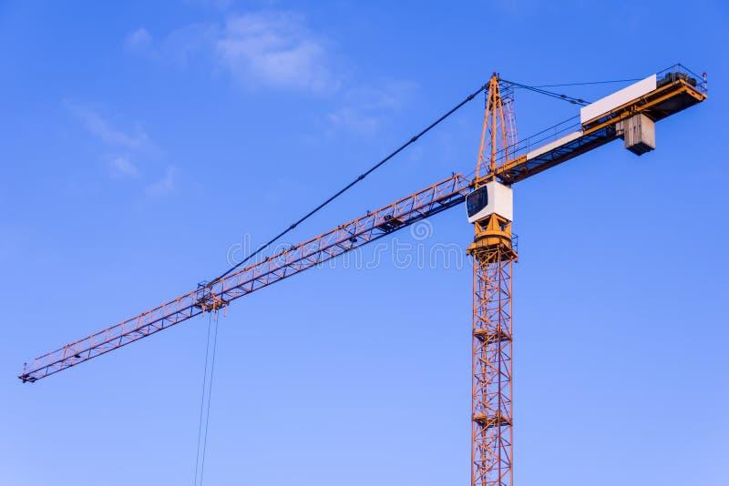 Uma construção nova está sendo construída com uso do guindaste de torre jib imagens de stock royalty free