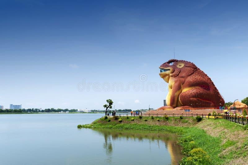Uma construção sapo-dada forma do museu de Phaya Khan Khak The Toad King, Yasothon, Tailândia fotografia de stock