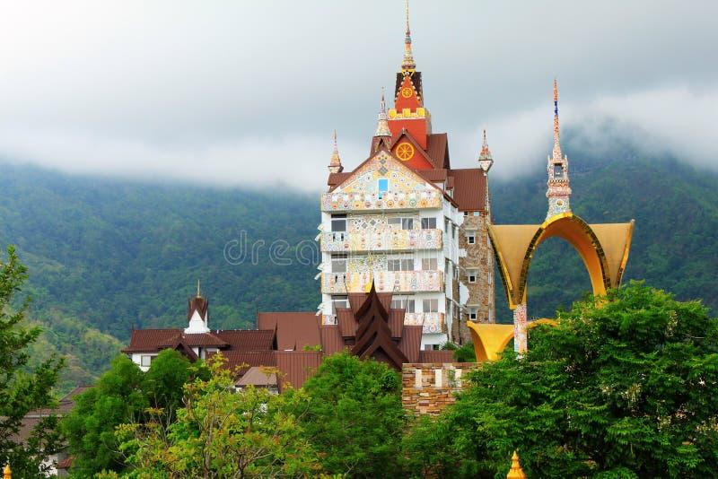 Uma construção tailandesa tradicional colorida da arquitetura no meio da serenidade das montanhas ao lado do templo de Pha Sorn K foto de stock royalty free