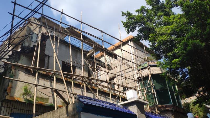 Uma construção velha está sob a reconstrução fotografia de stock