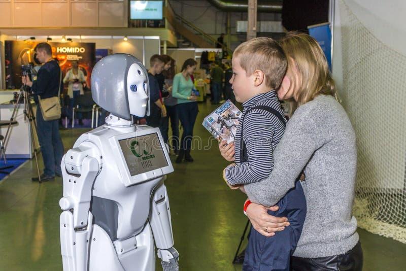 Uma conversação vívida e interessante entre uma criança e um robô fotos de stock royalty free