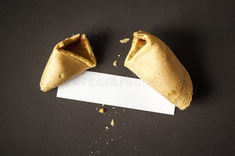 Uma cookie de fortuna com um papel vazio para sua mensagem foto de stock