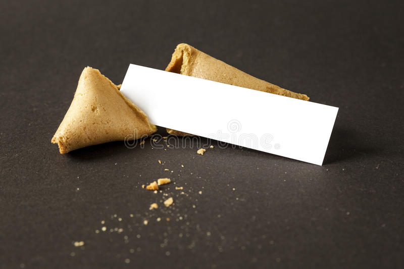 Uma cookie de fortuna com um papel vazio para sua mensagem imagens de stock
