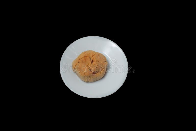 Uma cookie em uma placa branca fotografia de stock