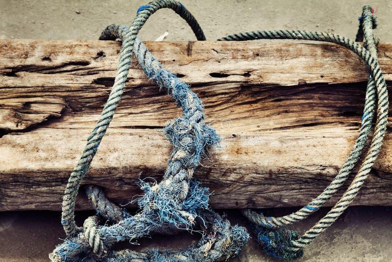 Uma corda de barco velha Textured no fundo de madeira fotos de stock royalty free