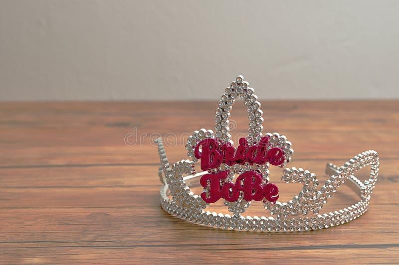 Uma coroa com a noiva das palavras a estar em letras cor-de-rosa fotos de stock royalty free