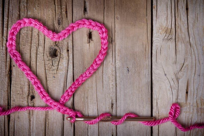 Uma corrente fazer crochê na forma de um coração imagens de stock