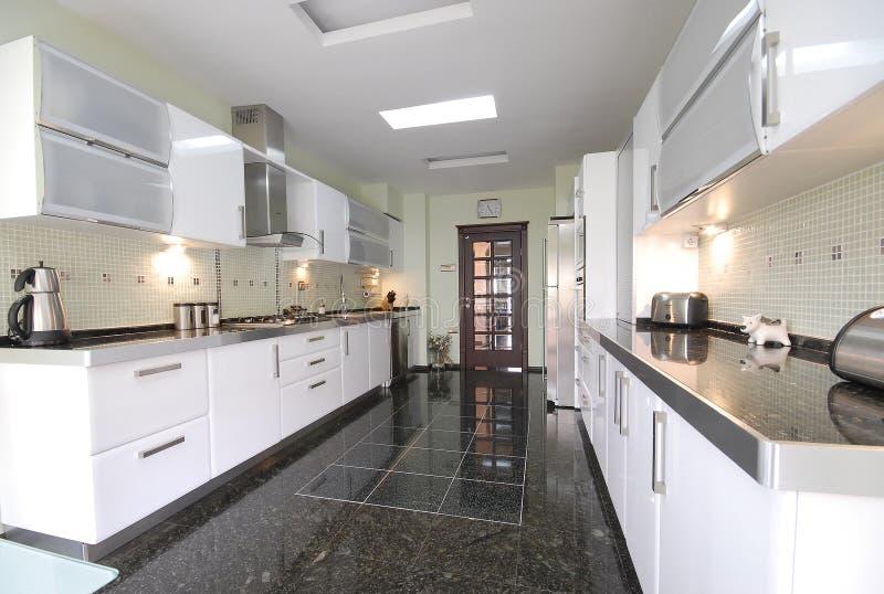 Limpe a cozinha moderna foto de stock