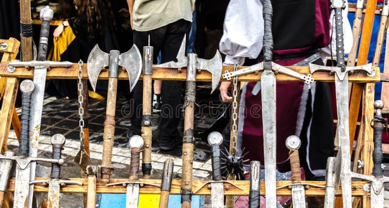 Uma cremalheira de madeira com diversas armas medievais fotografia de stock royalty free