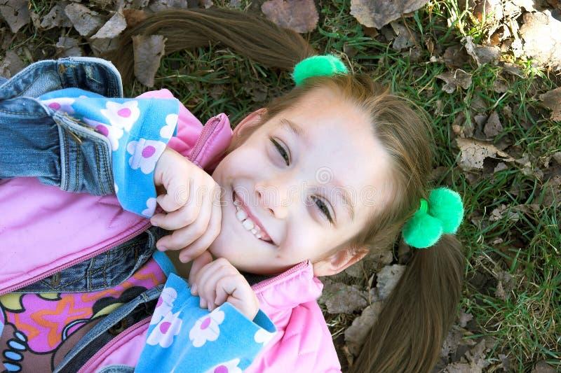 Uma criança bonita pequena que relaxa imagem de stock royalty free