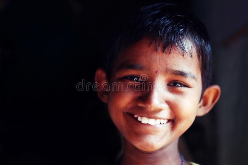 Uma criança da menina sorri em um orfanato imagem de stock royalty free