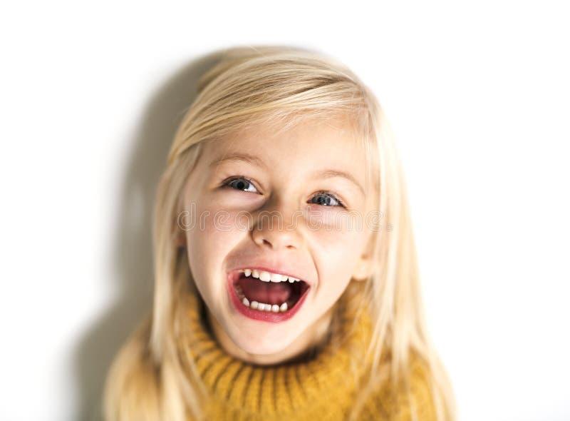 Uma criança de 5 anos bonito da menina que levanta no estúdio fotos de stock royalty free