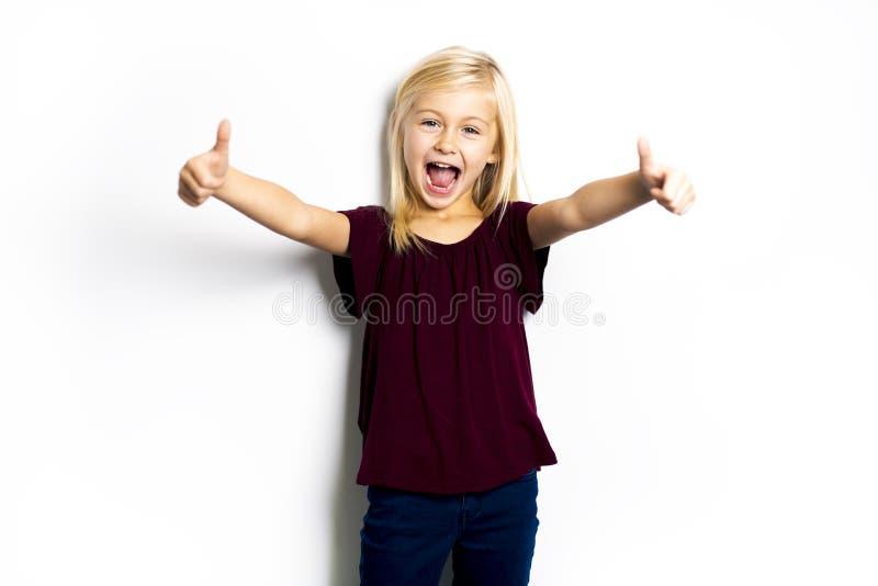 Uma criança de 5 anos bonito da menina que levanta no estúdio fotografia de stock royalty free