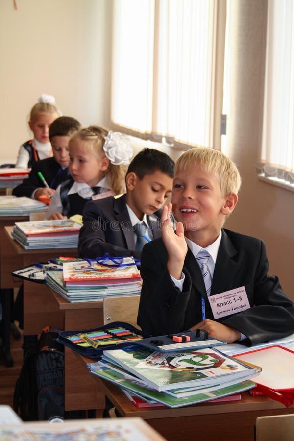 Uma criança de primeira classe levantou sua mão foto de stock royalty free