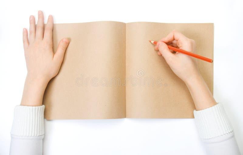 Uma criança desenha imagens de stock