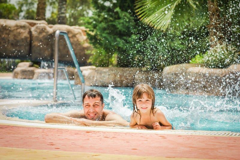 Uma criança feliz com um pai em uma associação pelo mar imagens de stock