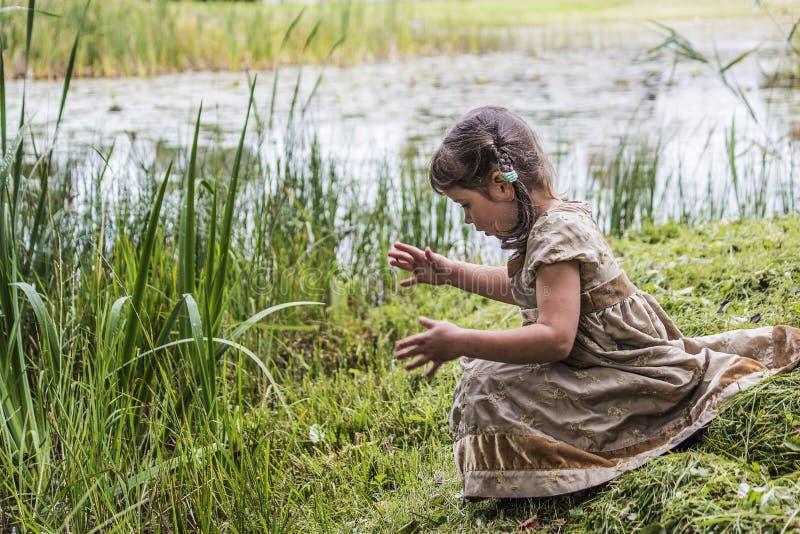 Uma criança na lagoa fotos de stock royalty free