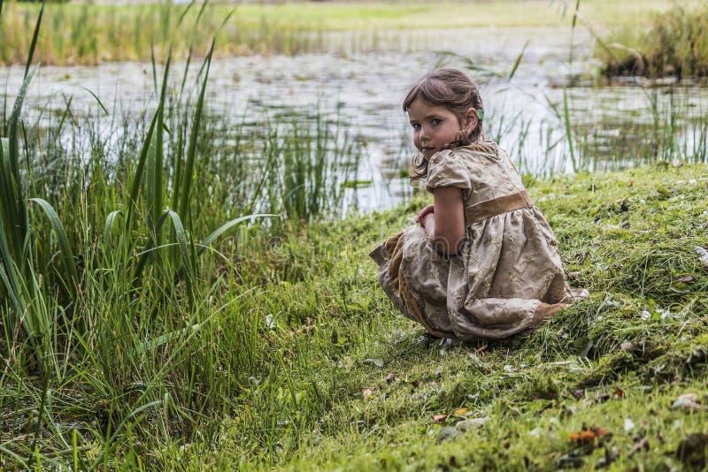 Uma criança na lagoa foto de stock royalty free