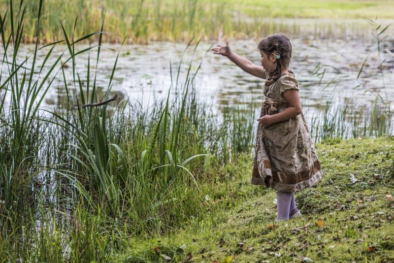 Uma criança na lagoa imagem de stock
