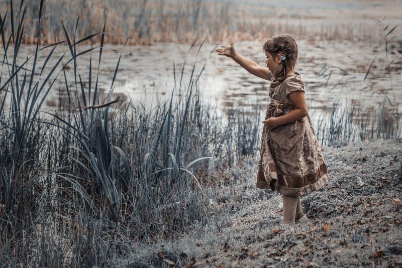 Uma criança na lagoa imagens de stock royalty free