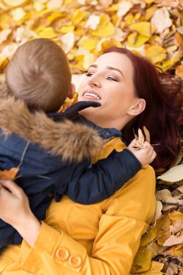Uma criança nos braços da mãe fotos de stock royalty free
