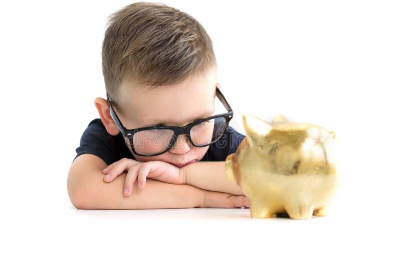 Uma criança nos pontos com um porco Pena, eyeglasses e gráficos fotos de stock royalty free