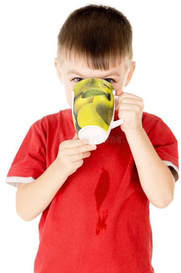 Bebidas pequenas de uma criança com copos fotos de stock royalty free