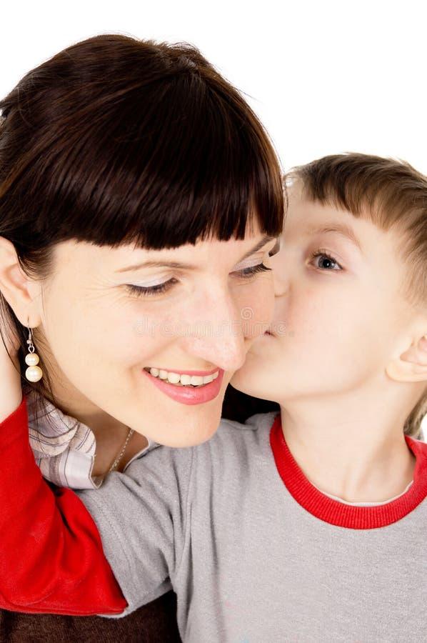 Uma criança pequena beijou minha mãe fotografia de stock royalty free