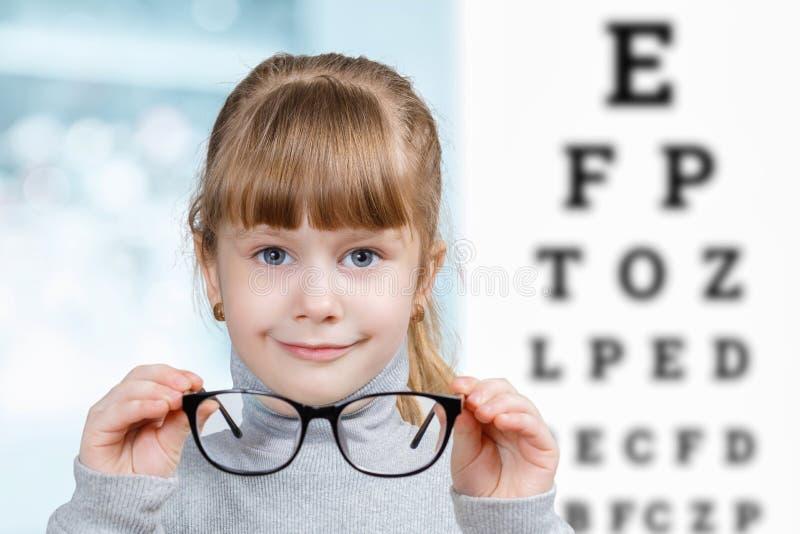 Uma criança pequena com vidros no centro diagnóstico ophthalmologic fotografia de stock royalty free