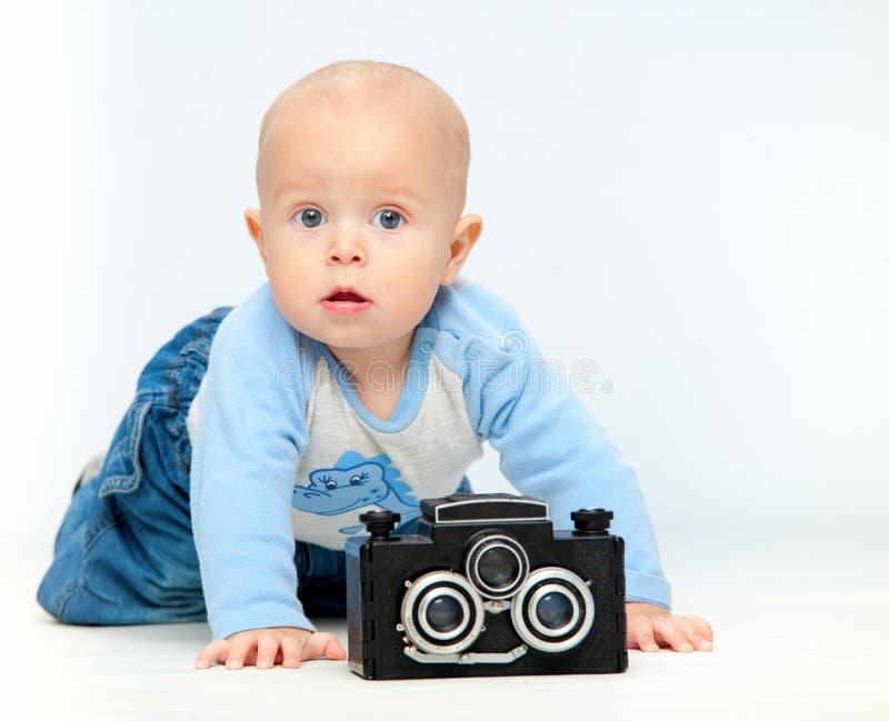 Uma criança pequena e uma câmera imagens de stock