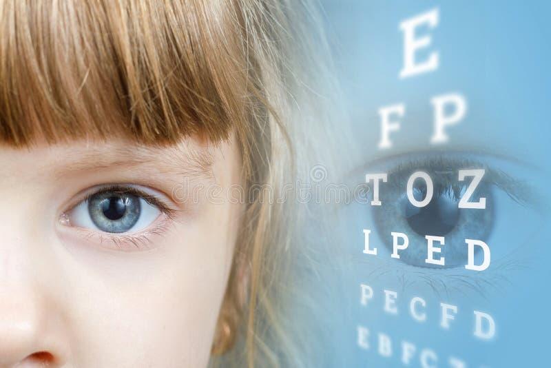 Uma criança pequena no centro diagnóstico ophthalmologic imagens de stock