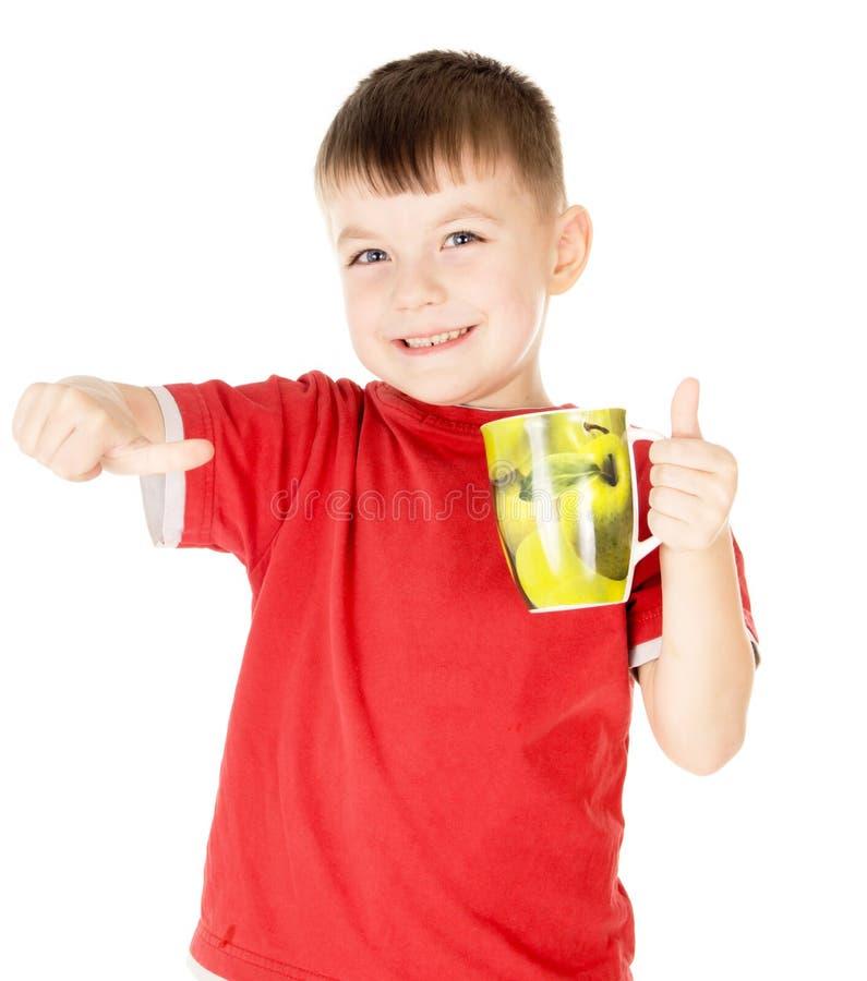 Uma criança pequena satisfez o que bebe foto de stock