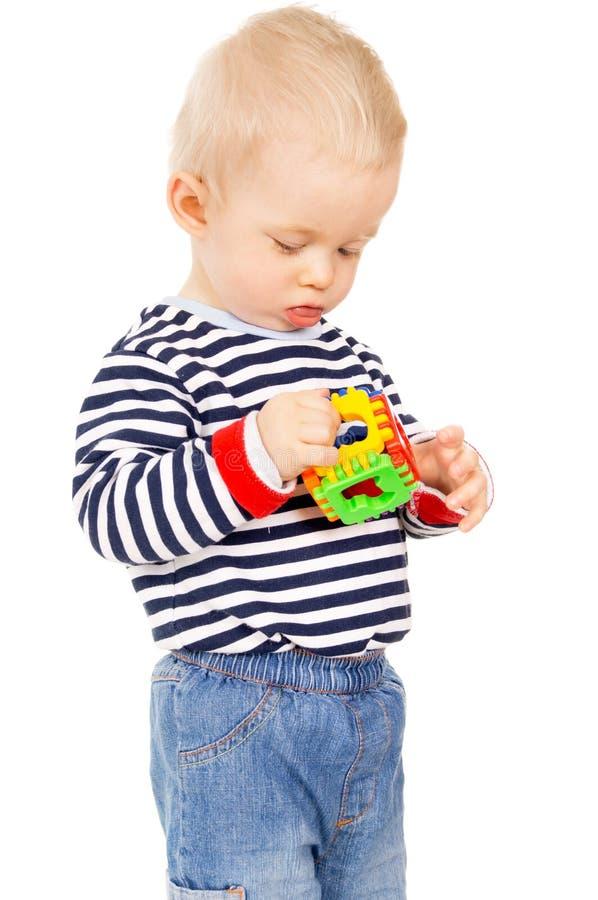 Uma criança que joga com um brinquedo fotografia de stock royalty free