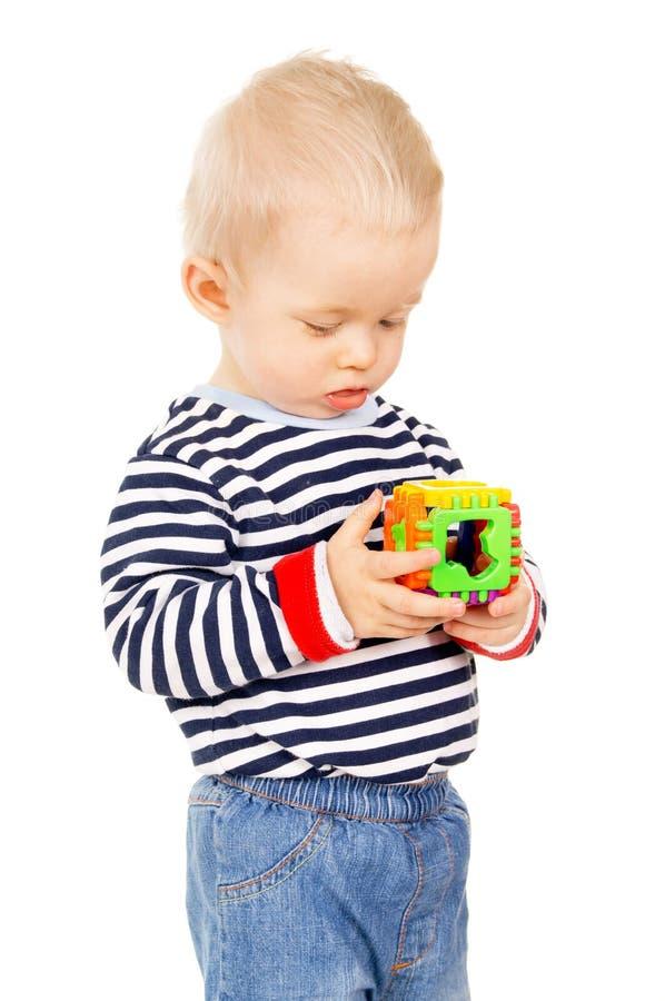 Uma criança que joga com um brinquedo foto de stock